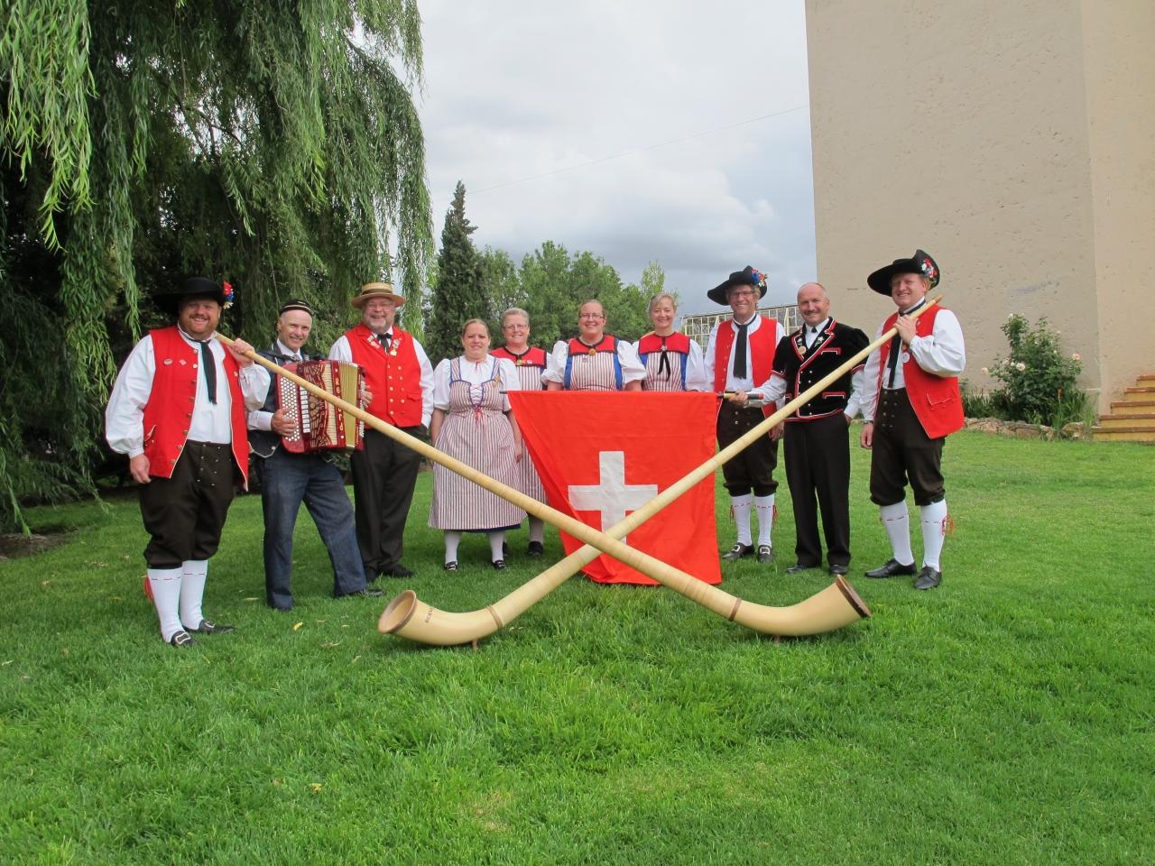 Offizielles Gruppenfoto an der Folkloriada